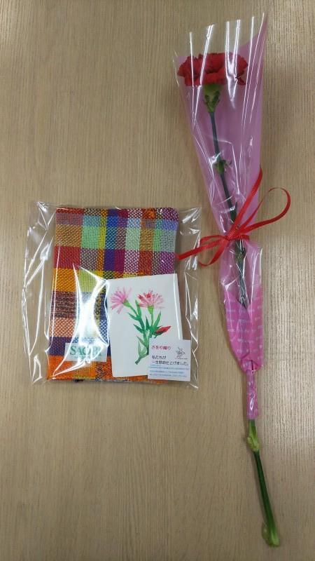 日頃の感謝を込めて さをり織りの手帳ケースとメッセージカード